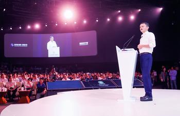 Alibaba oder Amazon: Welche ist die bessere Aktie?: https://www.sharedeals.de/wp-content/uploads/2019/09/jackma_alibaba-min-1.jpg