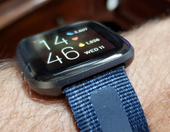 Fitbit: Greift die Google-Mutter Alphabet wirklich zu?: https://www.sharedeals.de/wp-content/uploads/2019/10/Fitbit-Smartwatch-Versa-2.png