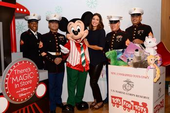 Actress and Singer/Songwriter Mandy Moore Kicks off shopDisney.com|Disney store - Toys for Tots Holiday Collaboration at Disney Store, Part of the World's Ultimate Toy Drive: https://mms.businesswire.com/media/20191104005208/en/753925/5/Mandy_Mickey_Marines_TDS_Toys_for_Tots.jpg