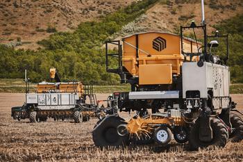 """Raven stellt OMNiPOWER™-Plattform für das weltweit erste """"OMNi Farm""""-Unternehmen bereit: https://mms.businesswire.com/media/20210615006210/de/885017/5/Two_OMNiPOWER_Units_with_Seedmaster_Spreaders_v2.jpg"""