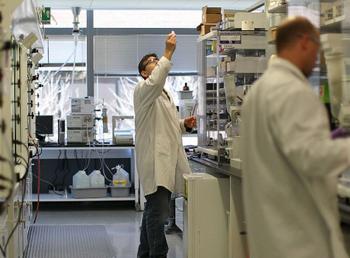 Biogen: Neue Hoffnung auf ein Alzheimer-Medikament treibt Aktie an!: https://www.sharedeals.de/wp-content/uploads/2019/10/Biogen-Labor.png
