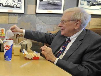 Warren Buffett nach Abendessen mit Justin Sun weiterhin Kryptokritiker: https://cryptoticker.io/de/wp-content/uploads/sites/2/warren-buffett-dairy-queen.jpg